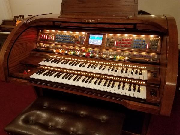 Pre-Owned LOWREY Performer Organ