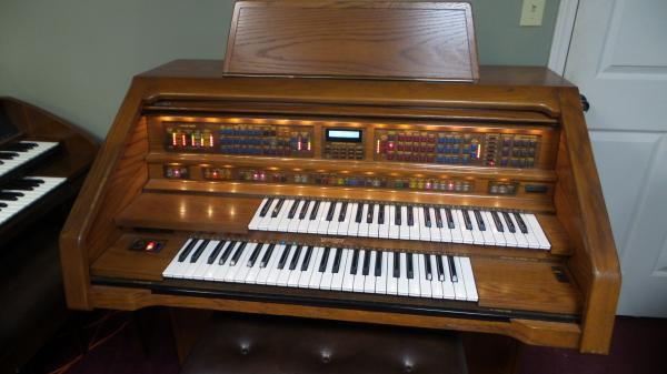 Lowrey Holiday Deluxe Organ